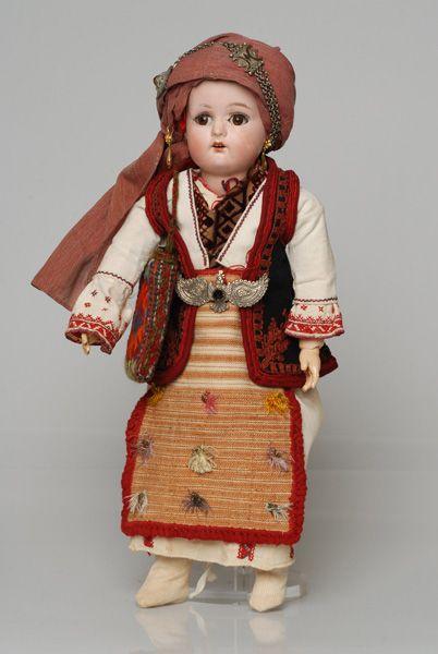 Πορσελάνινη κούκλα από τη συλλογή της βασίλισσας Όλγας ντυμένη με τη γυναικεία φορεσιά των Καρυών