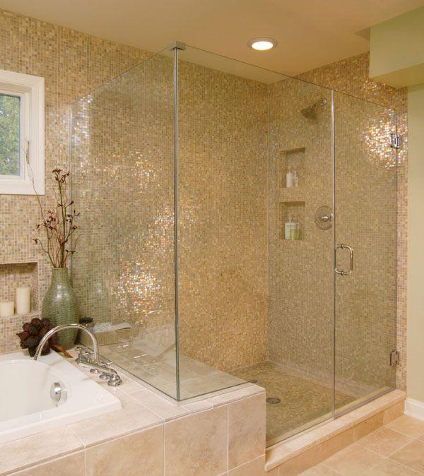 Como vais a ver a continuación esta opción queda espectacular en los baños modernos. Los mosaicos tipo gresite dorados y en tonos ocres. A pesar de tener un banco en el interior de la ducha en el que se podrían depositar estos productos.