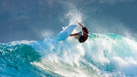Trei amatori de SENZAŢII TARI au făcut surf pe valurile oceanului Atlantic la câteva zile după viscol