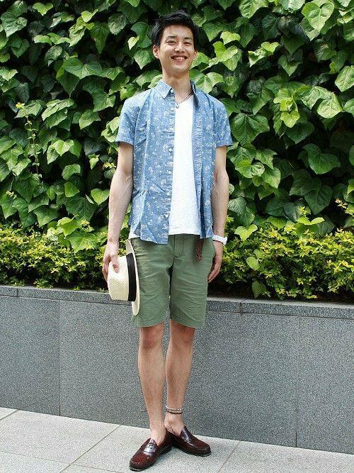 白Tにパームツリー柄のシャツを羽織った夏らしいコーデ。パンツは流行のアースカラーで今年っぽく。ストローハットで更にシーズンムードを盛り上げて。  シャツ (Color:シャンブレー/¥6,200/ID:322363/着用サイズ:S) ショートパンツ (Color:カーキ/¥5,900/ID:178661/着用サイズ:28) ハット (Color:ナチュラル/¥3,900/ID:178455/着用サイズ:S-M) その他:参考商品 スタッフ身長:186cm  ■フラッグシップ銀座 http://mobile.gap.co.jp/stores/sp/store.php?shopId=37543954 ■オンラインストアはこちら http://www.gap.co.jp/browse/division.do?cid=5063 ■GapストアスタッフコーデをWEARで見る(Men) http://wear.jp/gapjapanmen/