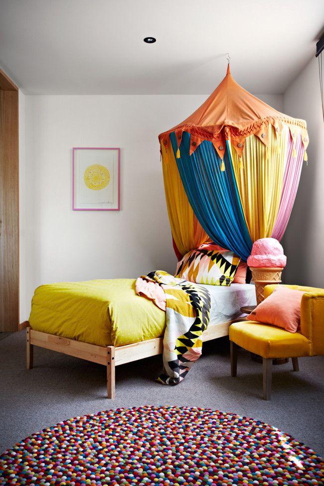 それぞれのインテリアがカラフルで素敵な子供部屋。何色も混ざりあった丸いラグは、この部屋にピッタリで、厚みのある素材は暖かみもプラスしています。