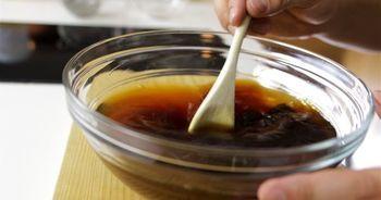 即席ポンズ 「5:5:1」の割合なら、醤油大さじ5:お酢大さじ5:みりん大さじ1。レモン果汁や、柑橘を少々絞って香りづけ。使うまでに30分程度時間があるなら、かつお節(1パック2g程度)や昆布のかけらを加えておけば、うま味がプラスされます。