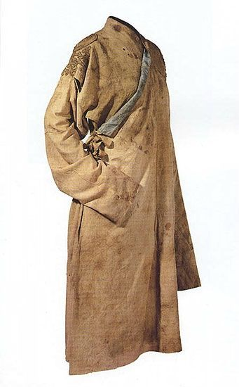 China was renamed Yuan in 1271 by  Kublai Khan when he established his  Dynasty within the Mongol Empire. Robe with all-weather sleeves. 119 cm long, 224 cm. across the sleeves ,105 cm wide in the skirt. Outer  tan silk damask, the lining a light blue silk tabby.  Cross collar, long and narrow sleeves, comparably narrow waist and a wide skirt.