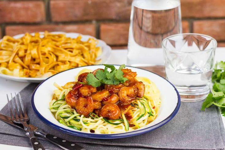 Recept voor tagliatella voor 4 personen. Met olijfolie, tagliatelle (pasta), sojasaus, garnaal, courgette, rode peper, tomatenketchup en donkere basterdsuiker