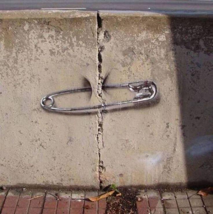 L'artiste des rues essaie de réparer certaines failles de notre société...