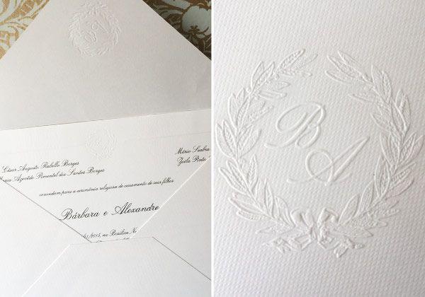 Convite de casamento clássico - monograma em relevo seco ( Convite: RA Paper )