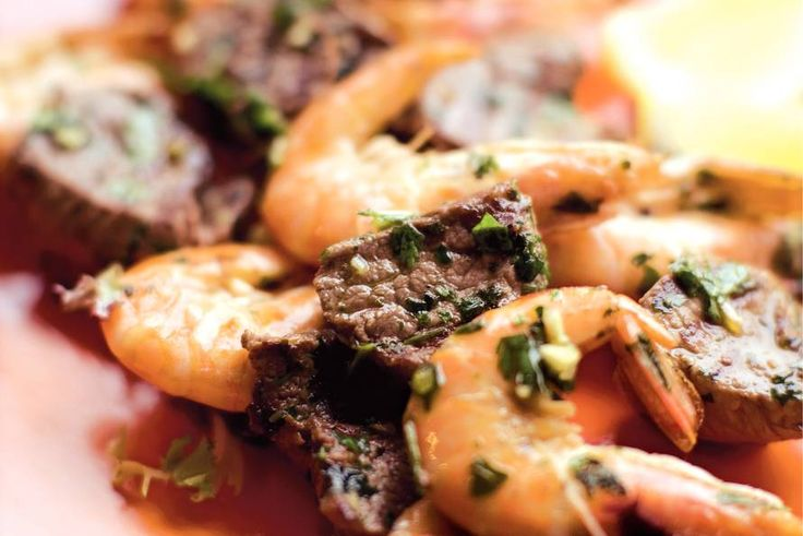 Kijk wat een lekker recept ik heb gevonden op Allerhande! Spiesen met garnalen, biefstuk en kruidenolie