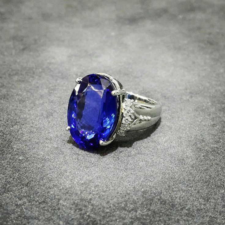 14.95ct Tanzanite with Diamonds in a Platinum Setting Africn - Tanzanite - Diamonds - Platinum