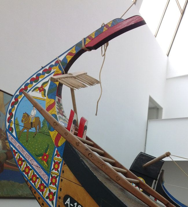 Maritiem museum in Ílhavo. Ken je de vrolijk gekleurde boten uit Aveiro? Een tochtje met zo´n boot is nu een toeristische attractie. Vroeger vervoerden ze zeewier. #museum #Portugal