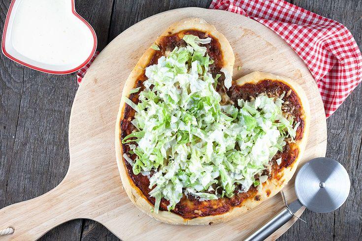 Dit is een pizza met gemengd gehakt, sla en knoflook saus. Deze moet je absoluut een keer geproeft hebben. Klaar in 35 minuten.