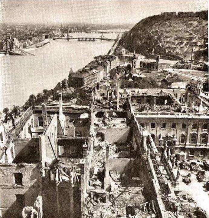 Budapest lerombolva a ll. világháború után.