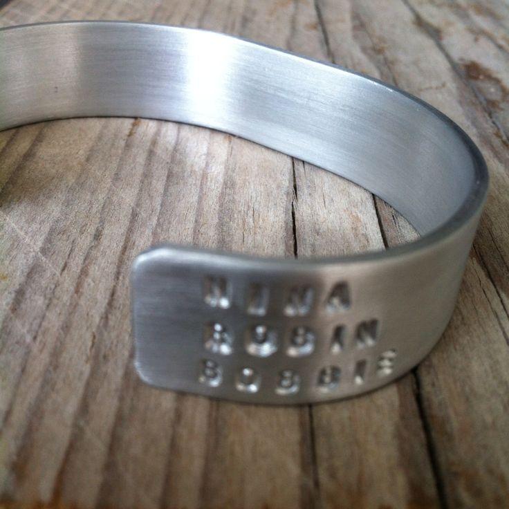 Een armband voor vaderdag met heel subtiel de namen van zijn kids. Stoere gepersonaliseerde sieraden van www.lastjune.nl