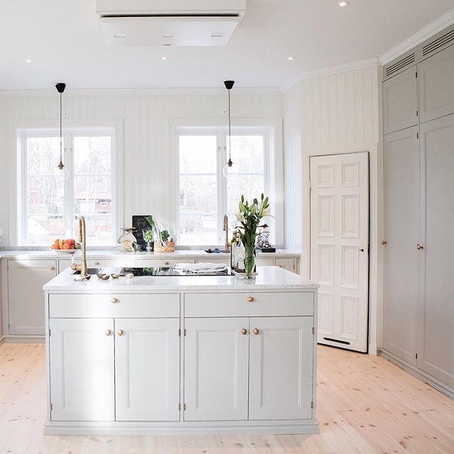 Många har undrat om vi saknar köksfläkt. Vi klurade länge på hur vi skulle göra, men fastnade till slut för en takintegrerad fläkt från Fjäråskupan. Den blev diskret, minskar inte ljusinsläppet och vi slipper slå pannan i den när vi lagar mat ☺️ Trevlig kväll på er! #fjäråskupan #rmfönster #järfällakök