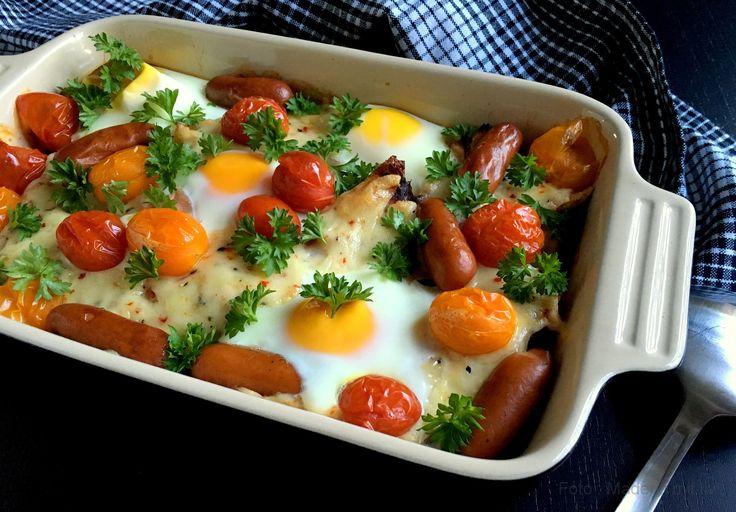 En lækker brunchtærte med spejlæg, skinke, pølser og tomater, som også sagtens kan serveres til frokost, aftensmad eller måske til natmad.
