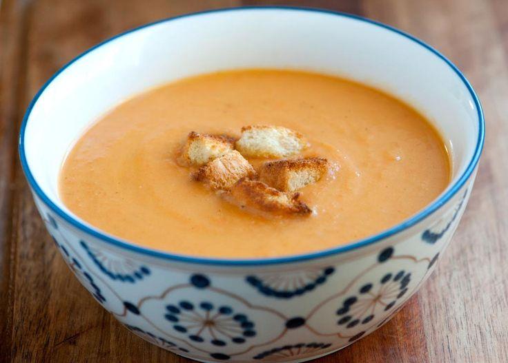 Préparez-vous cette délicieuse crème aux légumes garnie de croûtons à l'ail... C'est chaud, réconfortant et facile à faire!