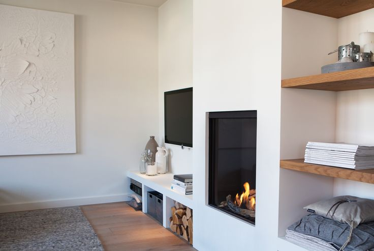 Gezellige en praktische wand met openhaard en tv. Ontwerp en styling door Sander Zwart | Interieur