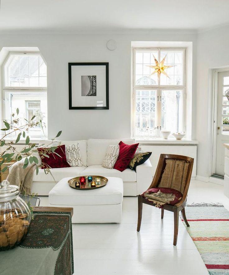 Ikkunassa säihkii tähti, olohuone on valmis leppoisaan jouluun.   LASIPALLOJEN KIMMELLYKSESSÄ   Koti ja keittiö