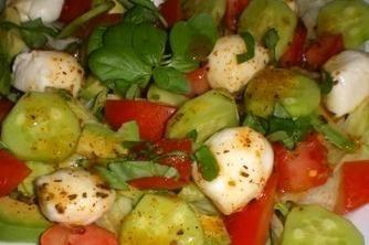 Doskonała dla osób będących na diecie, aromatyczna, przepyszna sałatka na sałacie z mozarellą, pomidorem i zielonym ogórkiem. Odkąd jej spróbowałam je