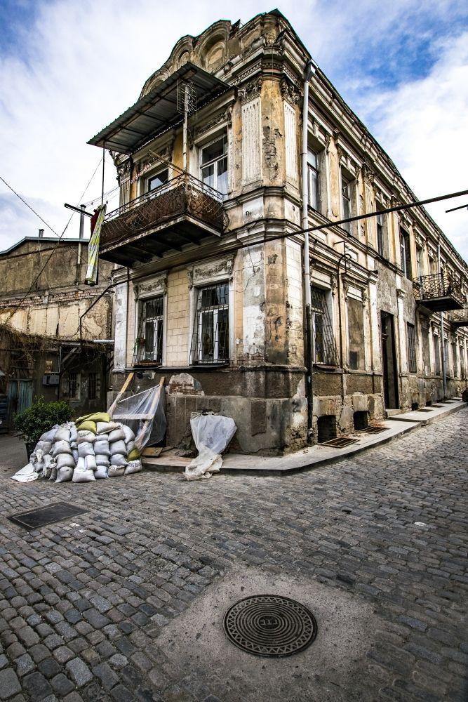 Tbilisi, Georgia, 2017 - Web - http://roman.rogner.cz.Instagram - https://www.instagram.com/roman.rogner.cz. #tbilisi #tiflis #gruzie #georgia #street #ulice #dum #house #sky