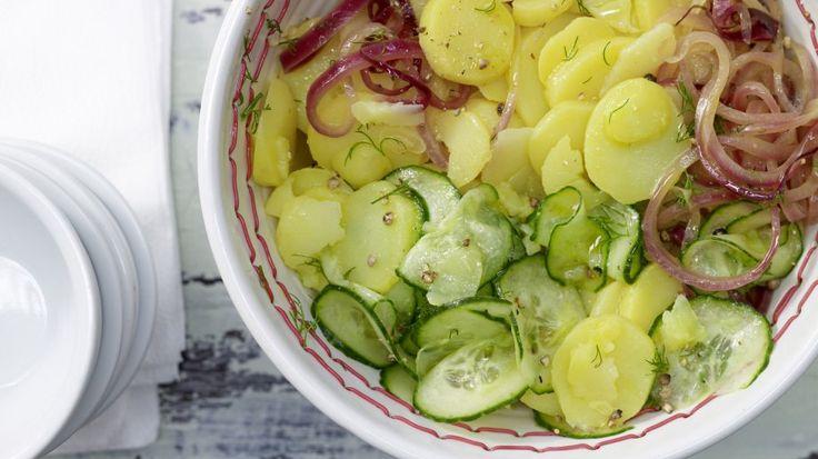 Leicht und sehr saftig: ein Kartoffelsalat für jede Gelegenheit: Kartoffelsalat – smarter mit Gurke und Dill | http://eatsmarter.de/rezepte/kartoffelsalat-smarter