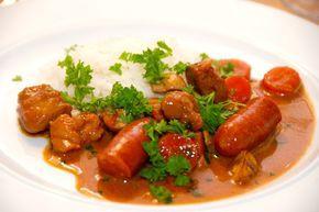 Jægergryde med kogte ris er en god og lækker gryderet, der serveres med løse ris eller kartoffelmos. Jægergryden indeholder blandt andet nakkefilet i tern, bacon, sm pølser og champignon. Foto: Guffeliguf.dk.