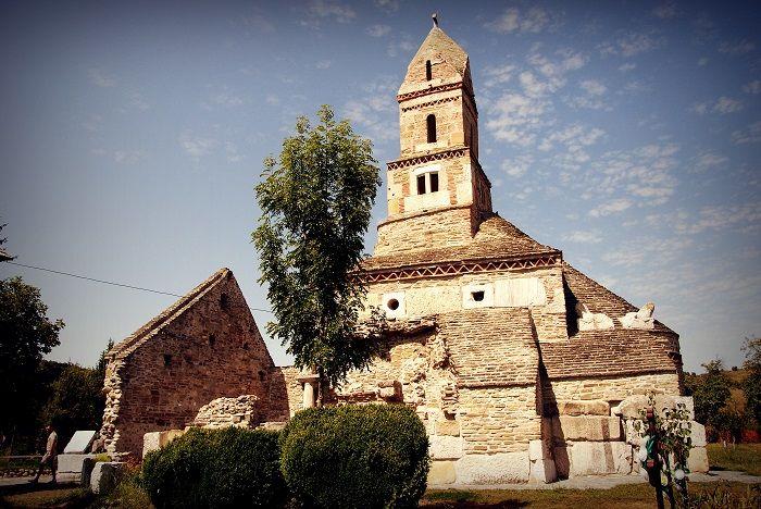 Cea mai veche biserică în care încă se mai ţin slujbe se află la 160 km de Timişoara