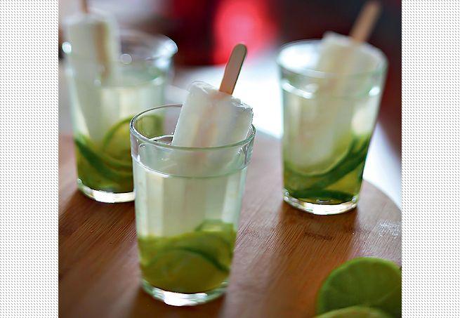A caipirinha de limão aparece um pouco diferente da tradicional. Ela leva um picolé do mesmo sabor e água de coco. Fica charmosíssima em copos americanos