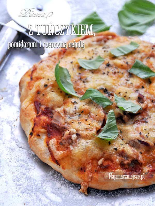 Pizza z tuńczykiem, pomidorami i czerwoną cebulą, pizza z tuńczykiem, pizza z pomidorami, pizza z czerwoną cebulą, http://najsmaczniejsze.pl #food #tuńczyk #pizza
