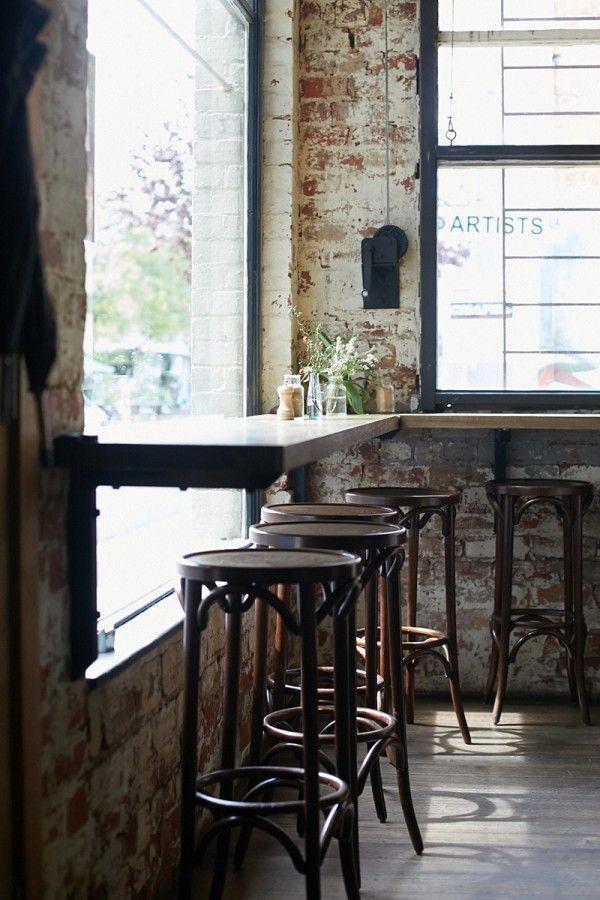 comptoir sur le bord de la fenêtre, simple et joli.