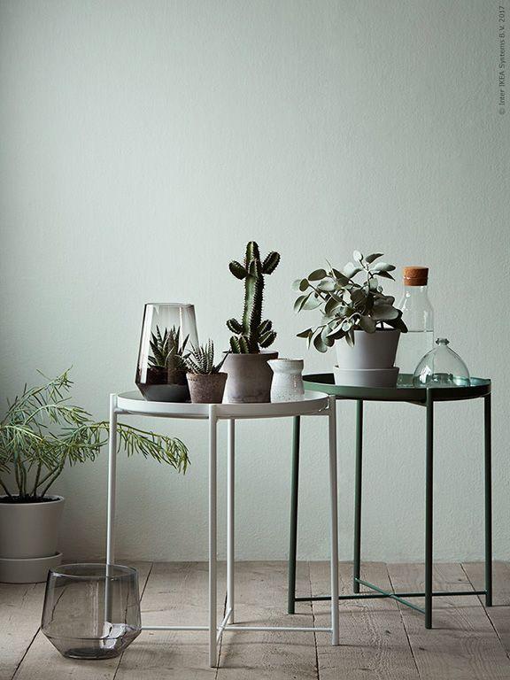 Met deze GLADOM salontafels met dienblad creëer je een gezellig hoekje in huis | IKEA IKEAnederland IKEAnl tafel bijzettafel salontafel planten decoratie accessoires woonkamer handig praktisch inspiratie