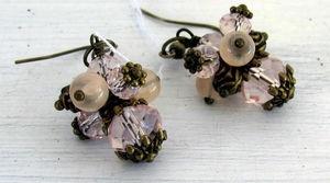 Vackra örhängen som går i vintage- stil. Pärlorna är av glas och metall. Passar perfekt både till vardag och fest.  Klasen är ca 2cm lång, exkl örkroken.  Alla metalldelar är nickelsäkra.  Runn Design.  #örhängen #örhänge #runndesign #earring #vintage #pink #handgjort #handmade #hantverk #rosa #brons #rosor #roses #smycken #handmadejewelry #jewelry #accessoarer #diy #görasjälv #crafts #craft