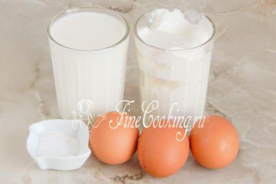 Для приготовления сыра в домашних условиях нам понадобится молоко, сметана, куриные яйца и соль