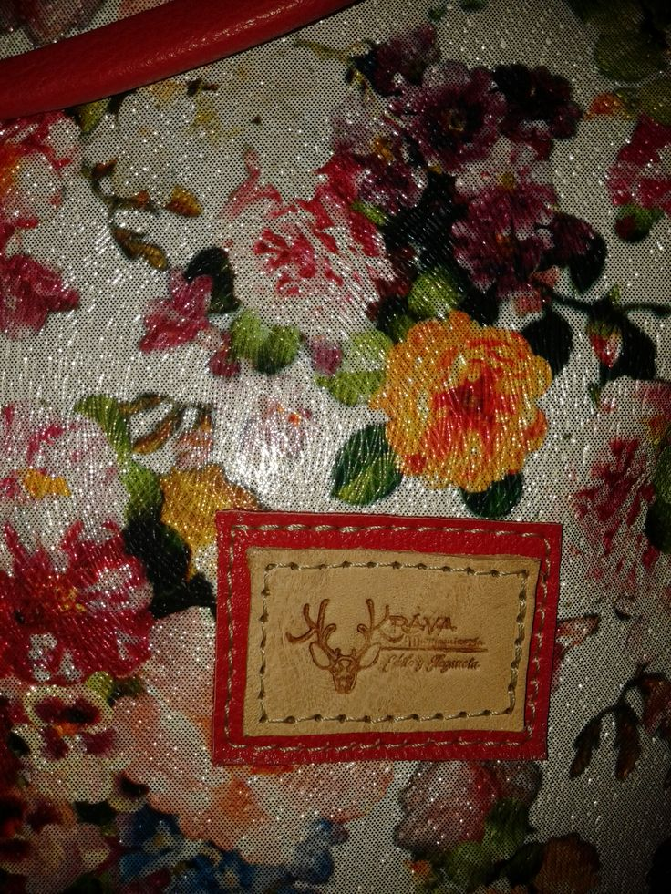 Detalle bolso morral flores diferentes colores.  Krava