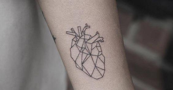 Artista Tatuador: Rob Green. Tags: estilos, Line Art (arte de línea), Figuras geométricas, Poligonales, amor, Corazones, Corazones anatómicos, Anatómicos. Partes del cuerpo: Antebrazo.