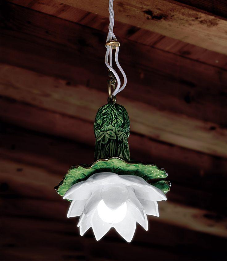 Le Ninefee è una Serie composta da sospensione e faretto ad incasso disponibili nelle versioni in ceramica bianca o decorata. Queste soluzioni, perfette in un ingresso o appese sopra ad un tavolo, donano all'ambiente una luce calda ed avvolgente.