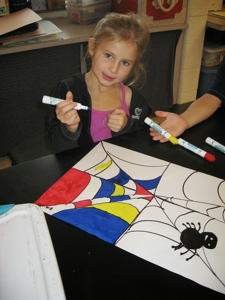 teken samen met de kinderen een spinnenweb en een spin. Daarna mogen de kinderen de spinnenweb inkleuren met verf stiften. De kleuren rood blauw en geel. Dit is afgeleid van het kunstwerk mondriaan
