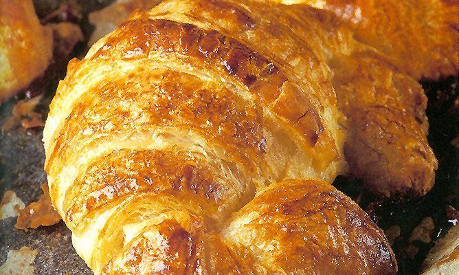 Receta para hacer croissants o cruasanes caseros, un bollo de mantequilla muy popular en todo el mundo. El croissant es perfecto para acompañar el desayuno o la merienda, o incluso para rellenar con ingredientes salados. #croissants #postre