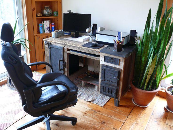 Bureau pour ordinateur fait de matériaux récupérés de la boutique Recytrucs sur Etsy
