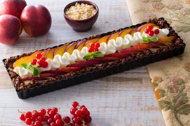 La torta fredda di ricotta è un dolce senza cottura, un fine pasto fresco con una base di riso soffiato farcita di ricotta e pesche.