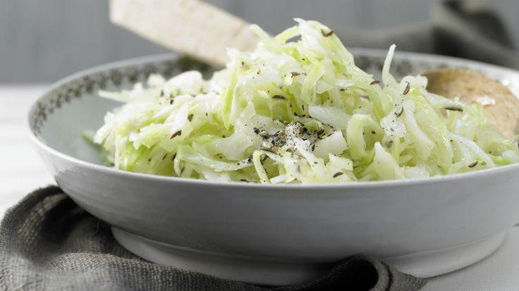 Köstlicher und kalorienarmer Klassiker aus der süddeutschen Küche: Weißkrautsalat – smarter mit Kümmel | http://eatsmarter.de/rezepte/weisskrautsalat-smarter