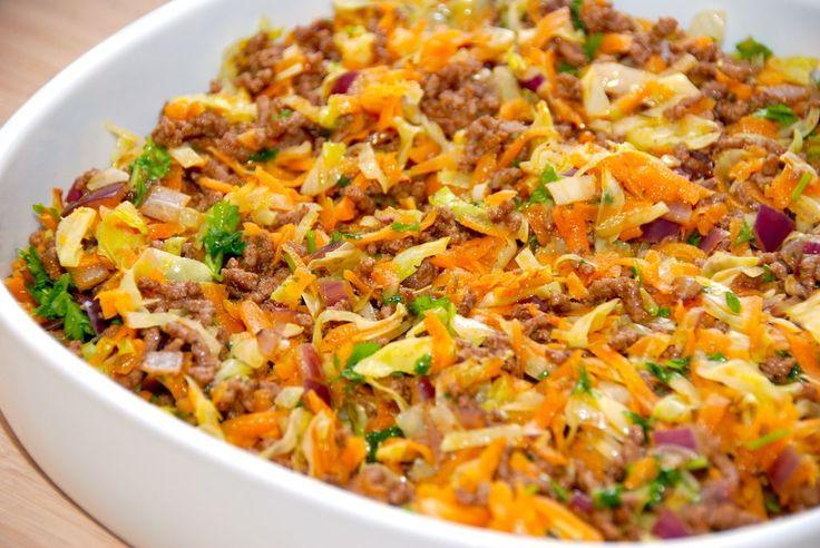 Opskrift med hakket oksekød og spidskål, der tilberedes i ovnen med gode krydderier. En ret for både børn og voksne. Til hakket oksekød og spidskål skal du til fire personer bruge: 250 gram revne gulerødder 250 gram fintsnittet