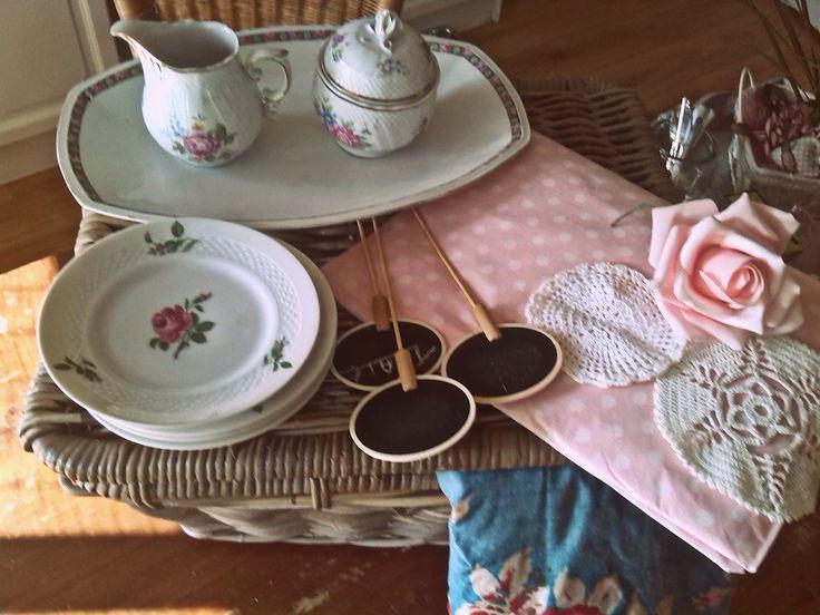 wat verhuren wij. vintage kop en schotel schalen taarten bordjes tafelkleden gebaksborden  enzovoort