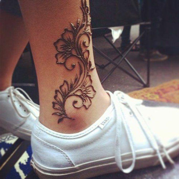 Tatouage au henné couleur noir, tatouage floral sur la jambe, fille avec des chaussures VANS blanches   – Henna