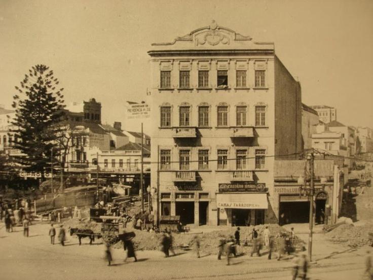 """Para os que não conhecem, este é o edifício Malakof, primeiro """"arranha-céu"""" de Porto Alegre. Este belo edifício ficava situado na praça XV por volta de 1900, e infelizmente já foi demolido."""