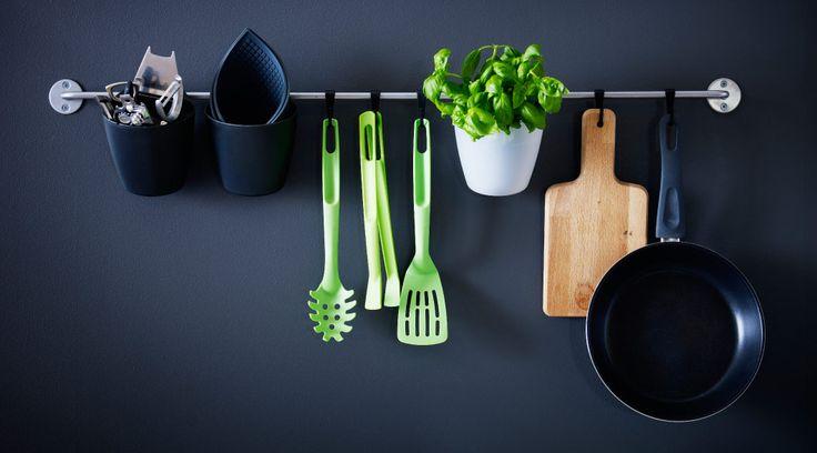 キッチンツール用にプラスチック製小物入れとフックを取り付けたレール