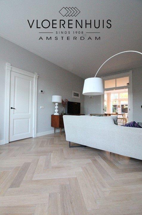 Visgraat parketvloer met band zonder bies. Eiken verouderde lichte parket vloer in Amsterdam.