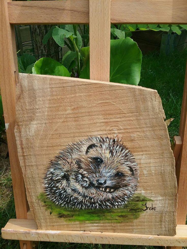Egeltje met acryl geschilderd op beukenhout door Ineke Nolles.