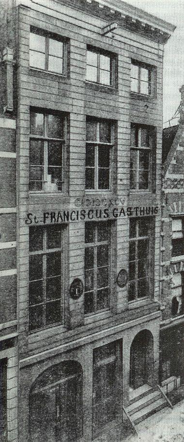 """26 mei 1892 werdt het St. Franciscus Gasthuis geopend in dit pand op de 2e verdieping op de de """"Oppert"""", met !2 bedden en 5 augustinneszusters. op de begane grond bevond zich een distilleerderij en op de 1e verdieping een huisarts en een cigarenmaker,"""