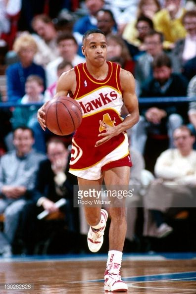 Fotografia de notícias : Spud Webb of the Atlanta Hawks dribbles against...