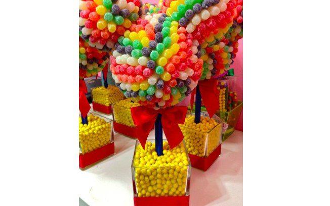 Balas de gomas de diversas cores são ótimas para fazer enfeites de festas infantis. De Etsy. Foto: Pinterest/Brianna Coffey